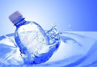 10块钱一瓶的进口kuangquan水he1块钱的kuangquan水有多少qu别?